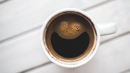 Okazuje się, że picie kawy mocno zmienia strukturę mózgu. Na gorsze?