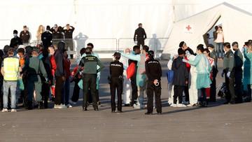 """Włoski okręt z migrantami z """"Aquariusa"""" zawinął do portu w Walencji"""