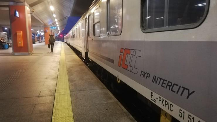 """Zmiana czasu. Nocne pociągi PKP Intercity """"teoretycznie"""" spóźnią się o godzinę"""