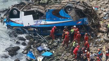 """Wypadek na """"diabelskim zakręcie"""". Autokar z pasażerami runął ze 100-metrowego klifu"""