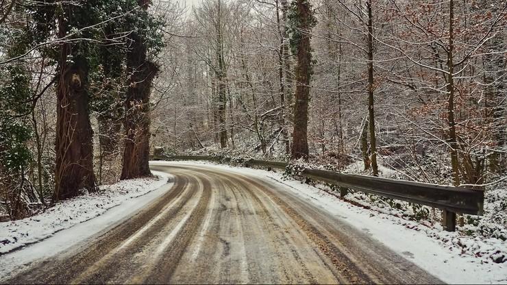 Intensywne opady śniegu, zawieje i zamiecie. W nocy będzie ślisko na drogach w całym kraju