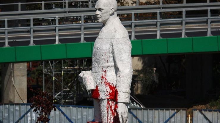 Pomalowali pomnik Berlinga czerwoną farbą. Odpowiedzą za zniszczenie mienia
