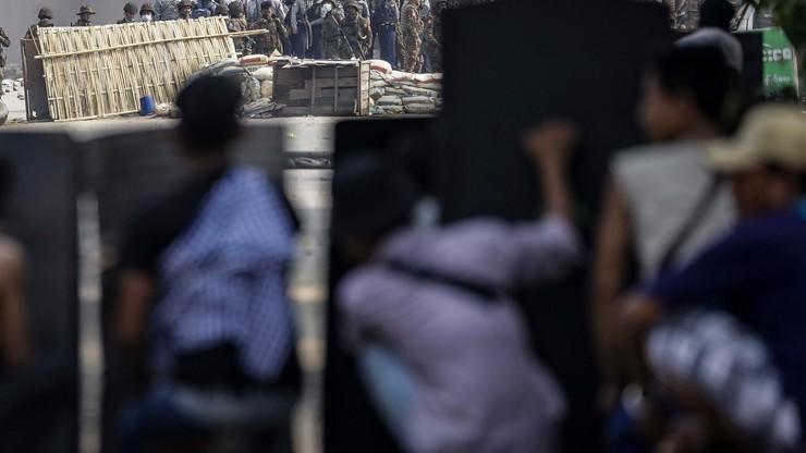 Birma. Policjanci strzelają do demonstrantów, ponad 80 ofiar