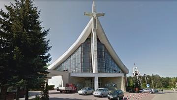Dzik wbiegł do kościoła w czasie mszy. Zniszczył figurę Jezusa