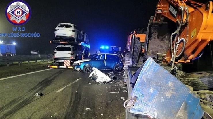Zderzenie ciężarówek na S8. Jedna wiozła koparkę, druga samochody osobowe. Trasa na Warszawę zablokowana