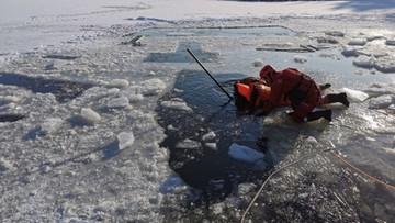Śmierć podczas morsowania. Mężczyzna utknął pod lodem