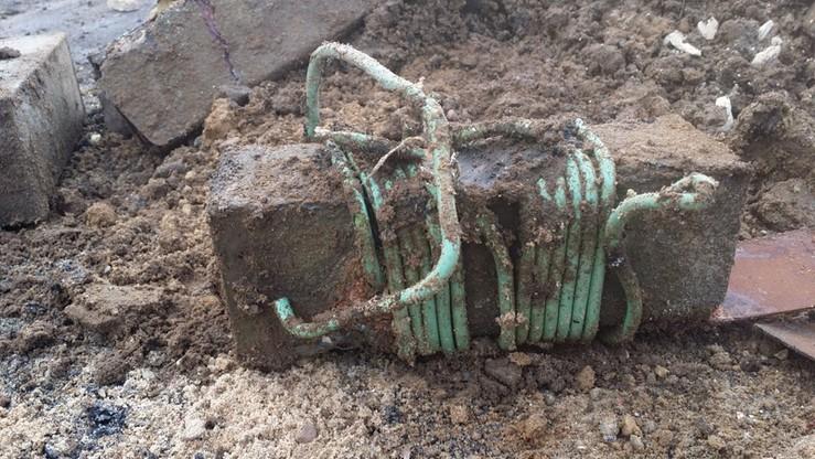 Pod mostem w Mikoszach znaleziono 30 kg trotylu. Droga zablokowana