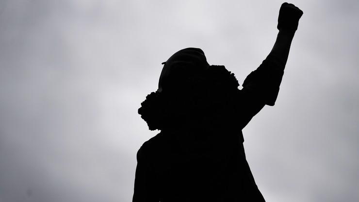 Wspięła się na piedestał i stała z podniesioną ręką. Teraz ma swój pomnik