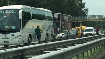 Poważny wypadek na autostradzie, a kierowcy... kręcą filmy. Policja wystawiła 28 mandatów