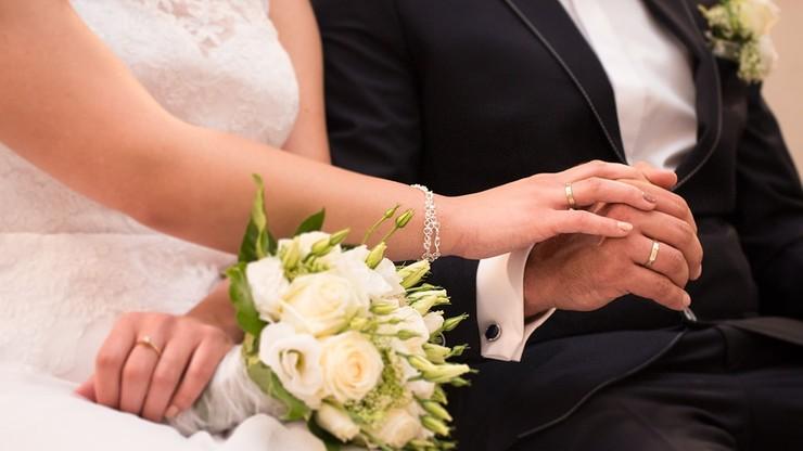 Ksiądz nie zgłosił ślubu do Urzędu Stanu Cywilnego. Teraz wdowa domaga się pieniędzy od parafii