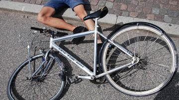 Zmasakrował rowerzyście twarz pałką. Później przejechał po rowerze i uciekł