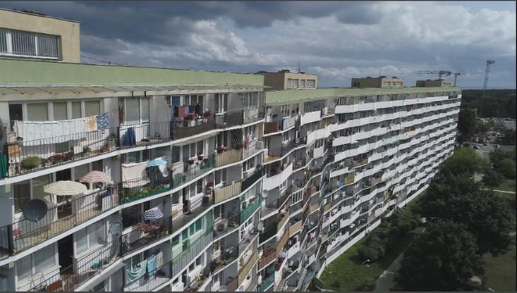 """Gdańsk: """"deszcz pieniędzy"""" po kłótni małżeńskiej. Kobieta wyrzuciła 200 tys. złotych przez balkon"""