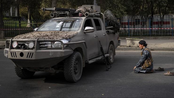 Afganistan. Talibowie powiesili ciało na dźwigu. Na głównym placu miasta