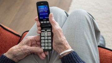 80-latek i 77-latka z długami za telefon na ponad 100 tys. zł