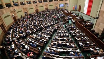 CBOS: spadło poparcie dla PiS, ale partia Kaczyńskiego z ponad dwukrotną przewagą nad PO