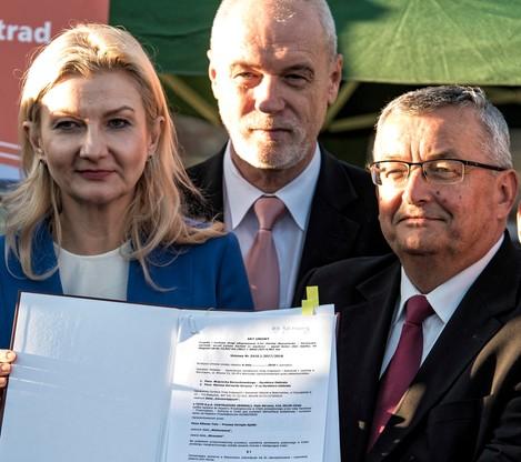 Minister infrastruktury Andrzej Adamczyk i kandydatka PiS na prezydenta Łomży Agnieszka Muzyk podczas konferencji prasowej i podpisania umowy na realizację drogi ekspresowej S61 (Via Baltica) Łomża Zachód-Kolno w Łomży.