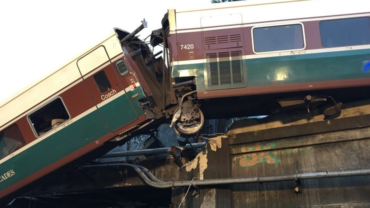 """""""Pociąg jechał z nadmierną prędkością"""". Zmienił się bilans ofiar katastrofy kolejowej w USA."""