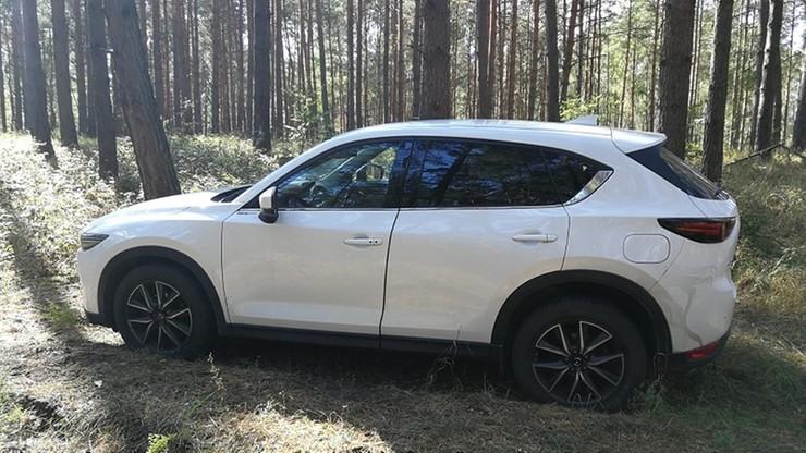 Pościg straży granicznej za skradzionym autem. Kierowca wjechał do lasu i uciekł z pojazdu
