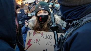 """Policja podsumowała Strajk Kobiet. """"Jedyne, co ulega zmianie, to liczby"""""""