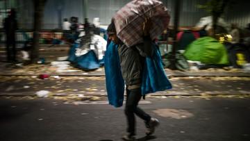 """""""Ma zabezpieczyć kierowców przed imigrantami"""". Otwarto nieczynny od trzech lat parking w pobliżu Calais"""