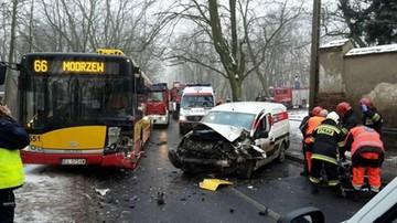 Zderzenie autobusu z samochodem w Łodzi. Sześć osób zostało rannych