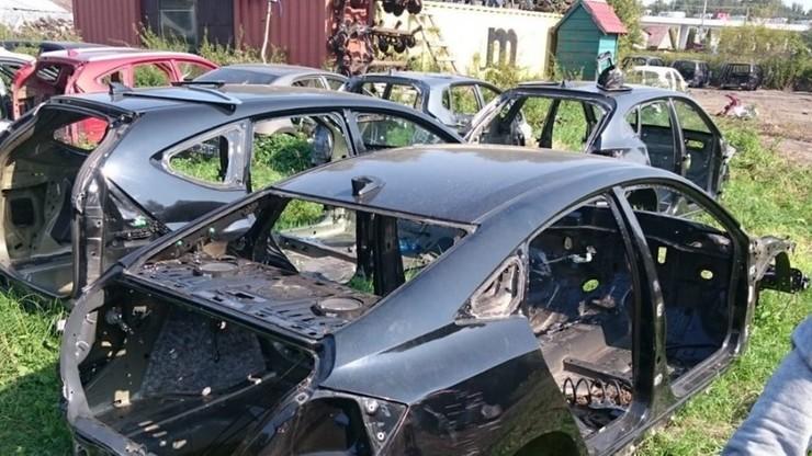 """Skradziona toyota i nadwozia innych aut na """"szrocie"""" w Wołominie. Akcja policji i straży granicznej"""