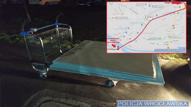 Materiały budowlane zapakowali na wózek sklepowy i ruszyli w drogę. Grozi im więzienie