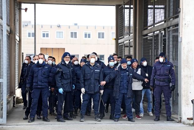 Włoscy policjanci otoczyli więzienia, w których wybuchł bunt