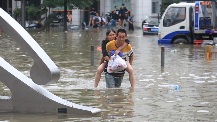 Chiny. Matka uratowała 3-miesięczne dziecko z powodzi, sama nie przeżyła