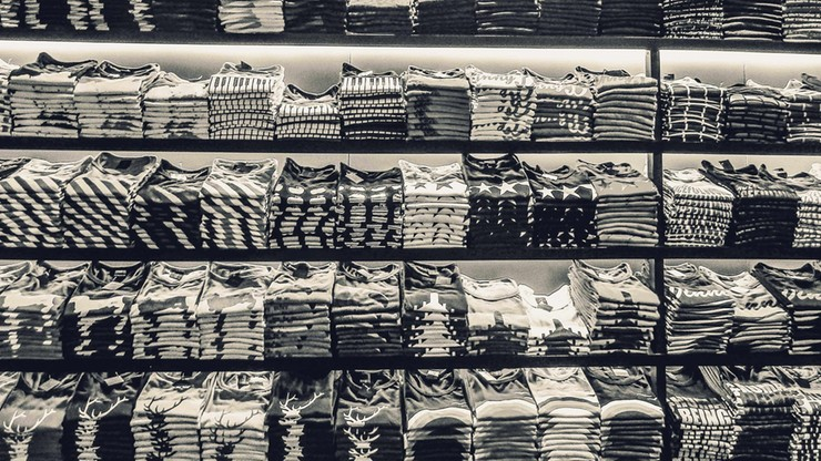 Wielka Brytania. 50 proc. ubrań stworzona z plastiku. Najnowsze badania