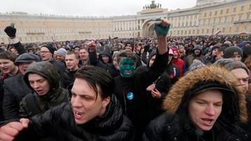 Rosyjska prasa: Kreml przed dylematem, jak reagować na protesty