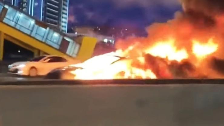 Autopilot tesli nie zareagował na stojącą na drodze autolawetę. Uderzył w nią i stanął w płomieniach