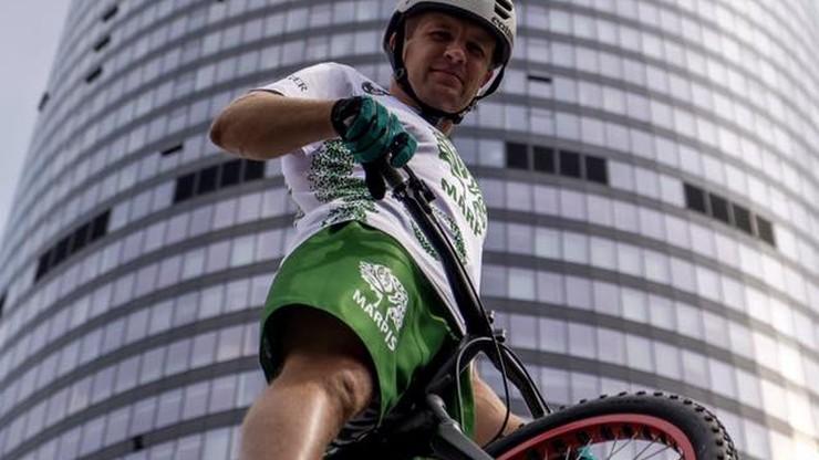 Wjechał na rowerze na szczyt Sky Tower. W niecałe pół godziny