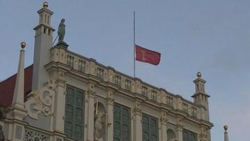 Gdańsk: flagi miasta opuszczone do połowy masztu