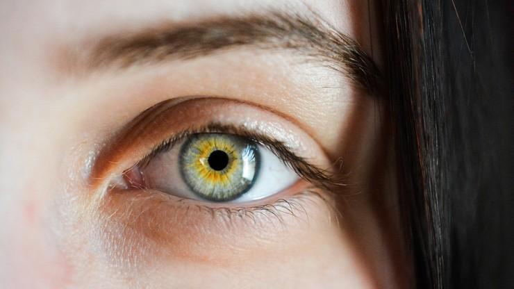 Naukowcy: noszenie okularów obniża ryzyko zakażenia się koronawirusem przez oczy