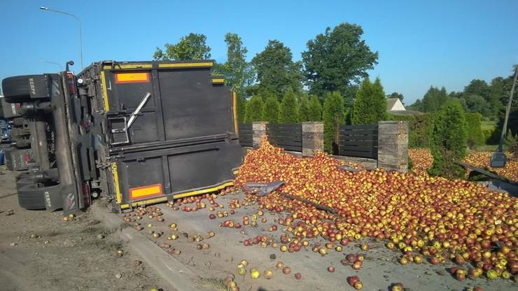 Świętokrzyskie. Jabłka wysypały się z ciężarówki. Kierowca był pijany
