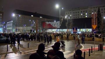 Demonstracja przed siedzibą TVP: stop propagandzie nienawiści. Telewizja publiczna odpiera zarzuty