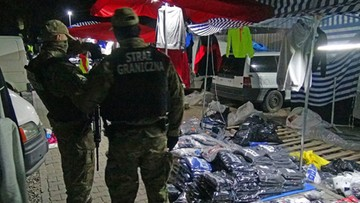 """Handlowali """"podróbkami"""" w Wólce Kosowskiej. Zatrzymano 11 osób, głównie cudzoziemców"""