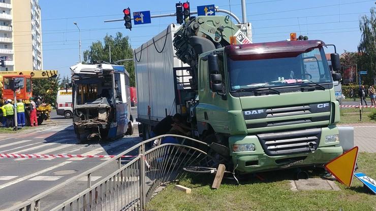 Wrocław: zderzenie tramwaju z ciężarówką. Trzy osoby w szpitalu