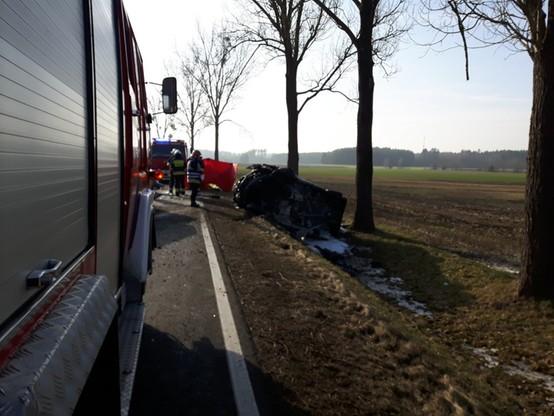 Bus leżał na boku w rowie. Strażacy, aby dotrzeć do rannego kierowcy, musieli rozcinać karoserię.