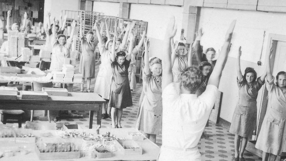 Ćwiczenia gimnastyczne podczas przerw w pracy w fabryce wyrobów cukierniczych