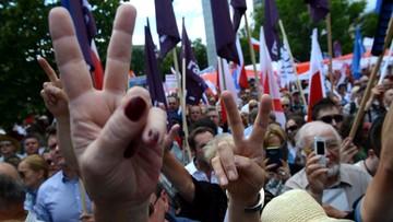"""""""Nie jesteś Janukowyczem, nie masz dokąd uciec"""". Lider KOD do Kaczyńskiego podczas protestu przed Sejmem"""