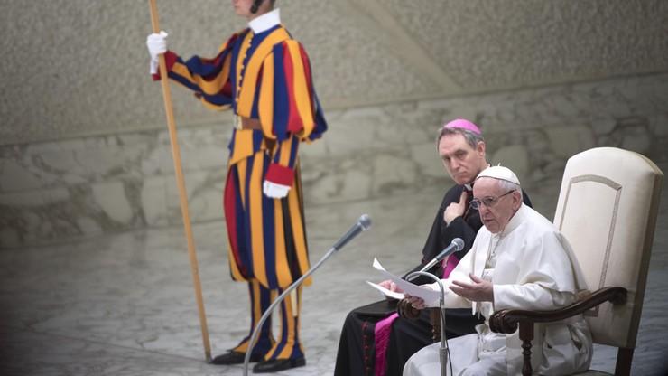 Papież przestrzegł przed obrażaniem innych i zaznaczył, że cudzołóstwo to nie tylko zdrada, ale i pożądanie
