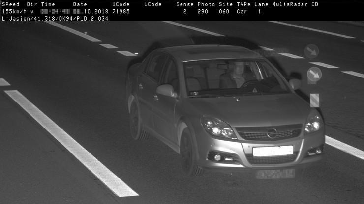 Przekroczył prędkość o blisko 100 km/h. Nie chciał zdradzić, kto prowadził. Stracił prawo jazdy