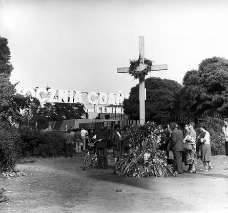 Drewniany krzyż ustawiony przez strajkujących w miejscu, gdzie zginęli stoczniowcy w grudniu 1970 r.
