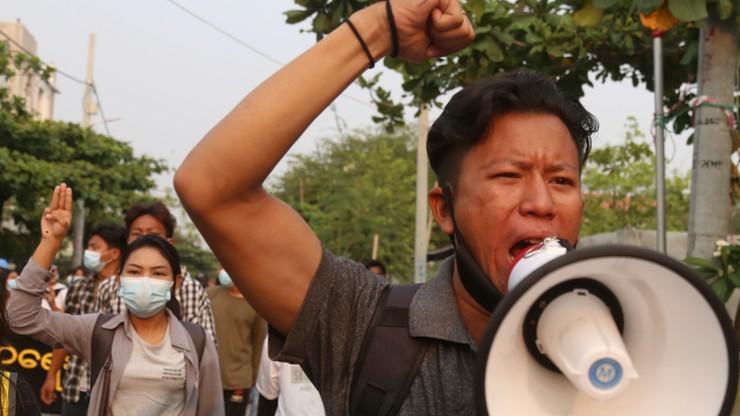 Birma. Ćwierć mln ludzi bez domu, wojna domowa wisi na włosku