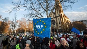 Węgry: 200 osób protestowało przed ambasadą RP w Budapeszcie