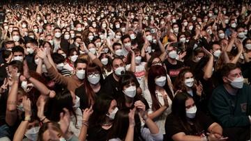 Koncert w Barcelonie. Ponad 5 tys. osób w maseczkach, ale bez dystansu