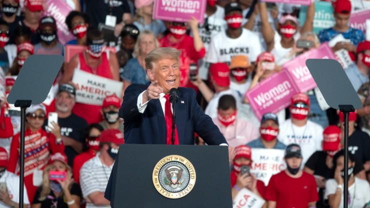 Donald Trump wznowił kampanię. Podczas wiecu rzucał w tłum maseczkami