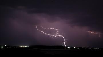 Burze z gradem i silny wiatr. IMGW ostrzega